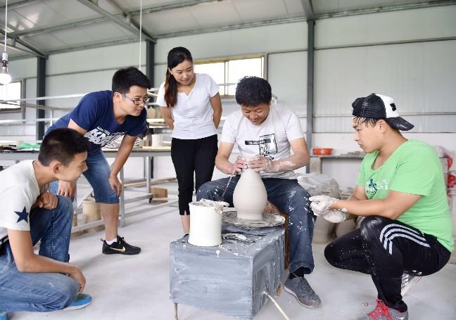 学员正在观摩学习定瓷制作