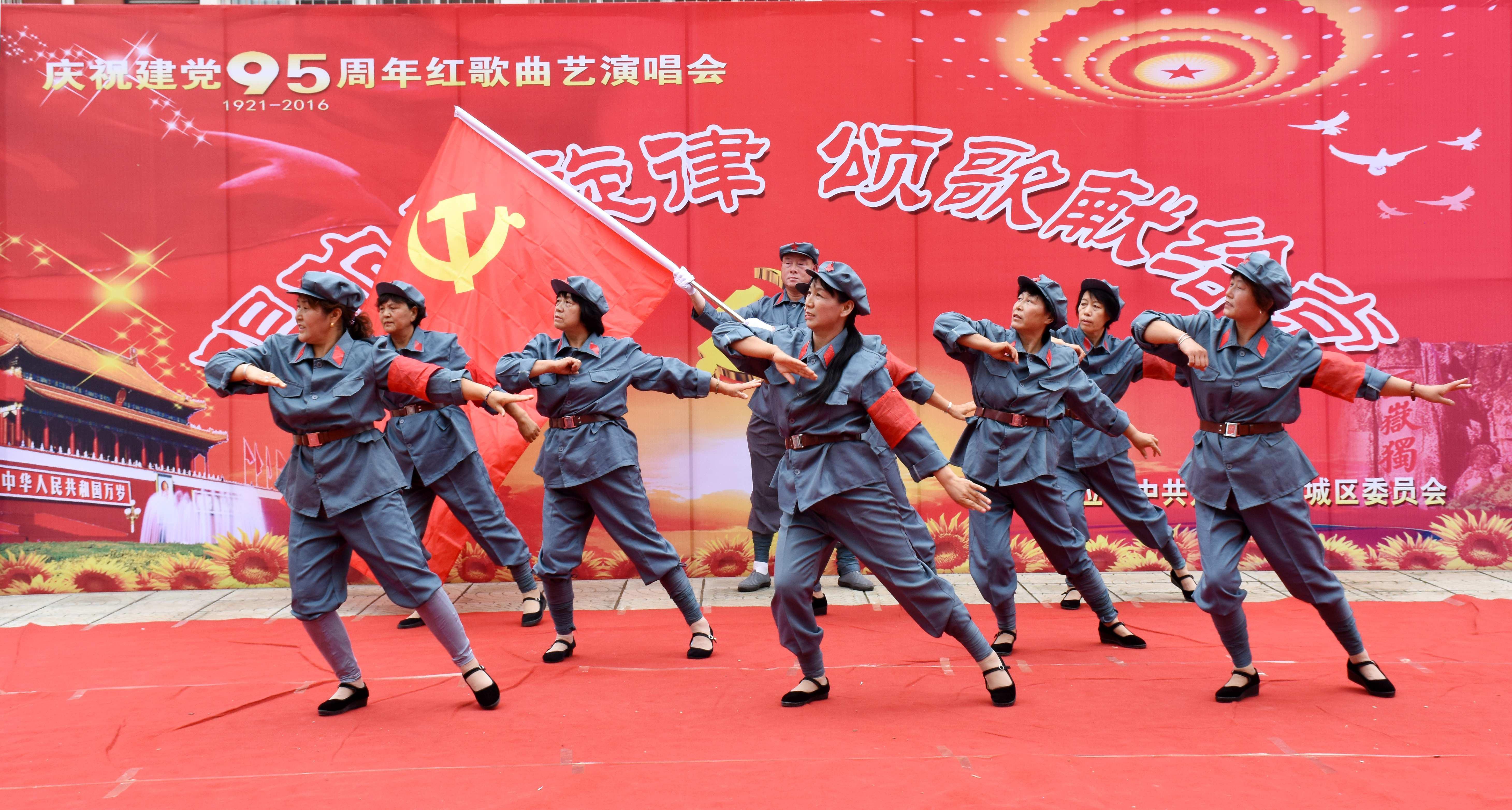 """北城区在唐城村综合文化站举行""""唱响主旋律颂歌献给党""""红歌曲艺演唱会"""