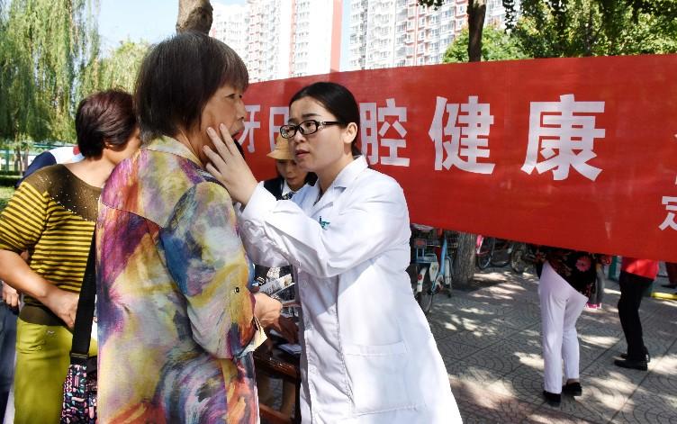 医务人员正在为市民进行健康检查