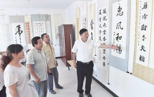 李亲顾镇油味村村民在观看书法作品展