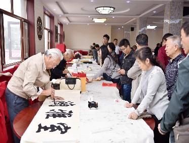 市文联、市书法家协会举办重阳书法联谊笔会
