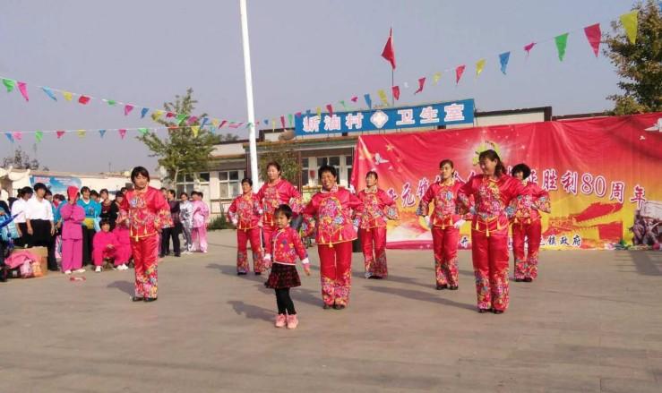 开元镇东杨庄的文艺爱好者在表演舞蹈《这也不对那也不对》