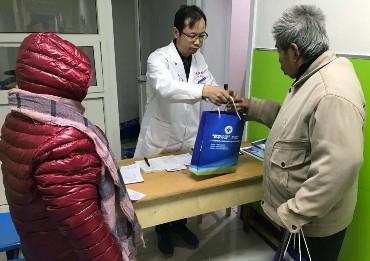 明月店镇卫生院邀请市人民医院、中医院联合开展为贫困群众免费义诊