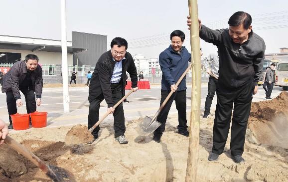市四大班子领导参加春季义务植树活动