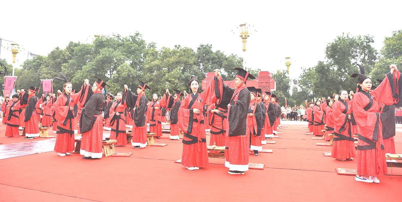 50对新人身着汉服在开元寺塔广场举行集体婚礼