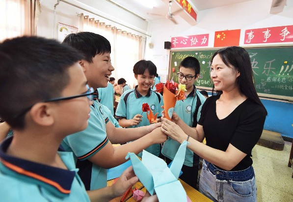 市启明中学的学生们把用彩纸制作的小礼物送给老师,感谢师恩