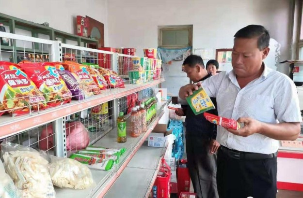 明月店镇对学校食堂、餐馆、超市、肉制品生产加工作坊等商户进行执法检查