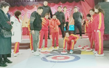 市文化广电和旅游局在市老年干部活动中心开展陆地冰壶进社区培训