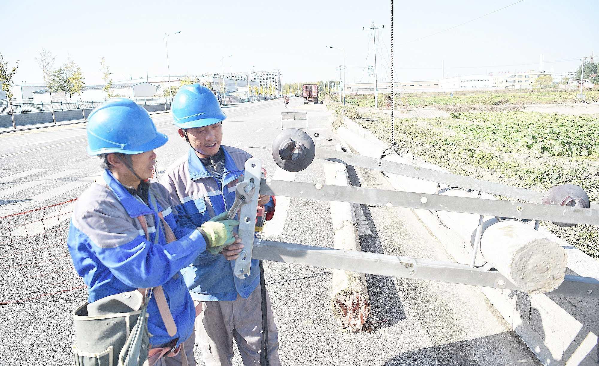 国网定州供电公司工作人员对西城区大奇连10千伏568线路更换导线
