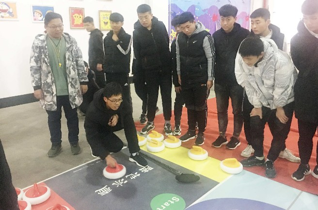 市文化广电和旅游局在市技师学院举行冰雪运动会陆地冰壶选拔赛