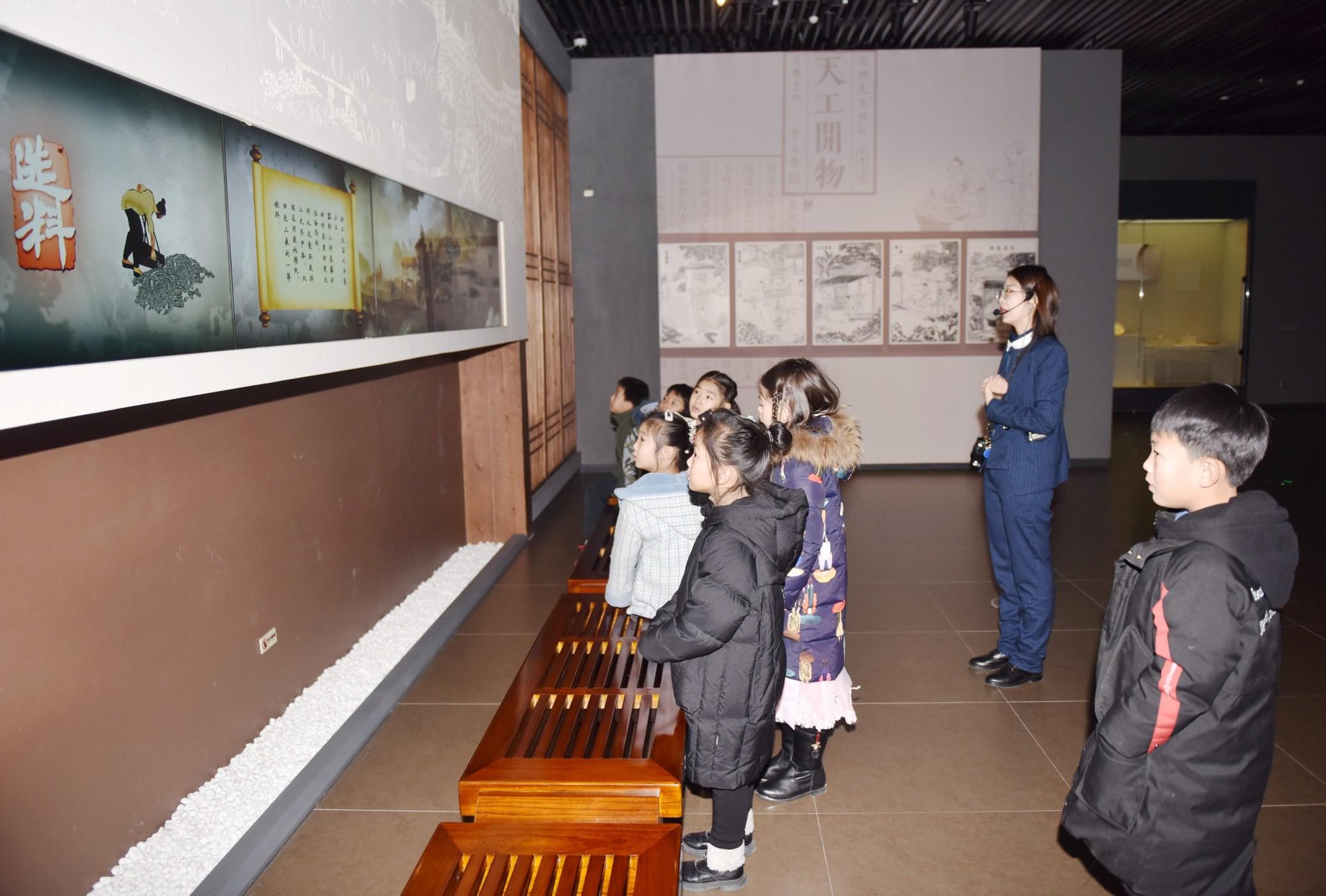 定州市实验小学的孩子们正在参观定州博物馆天下大白展厅