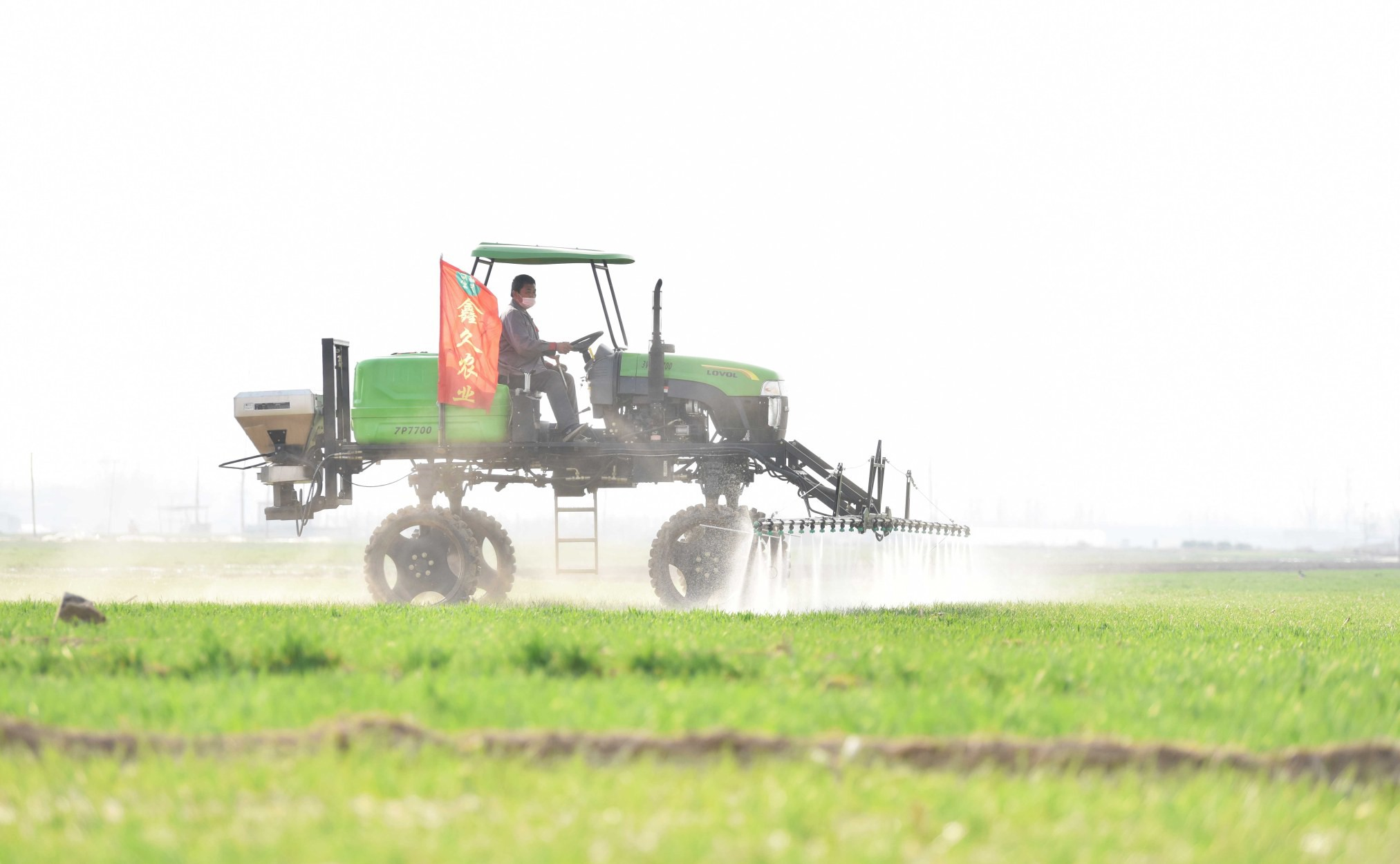 我市在做好疫情防控工作同时积极组织农民投入农业生产