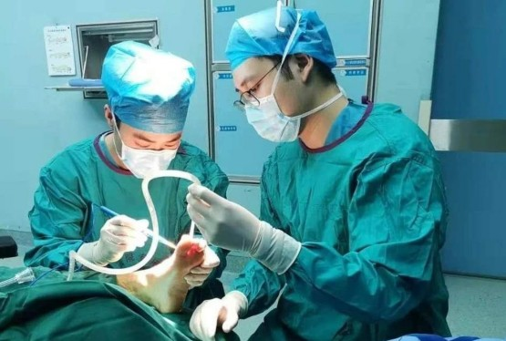 手术中跌倒摔断两根肋骨硬核医生仍坚持完成手术