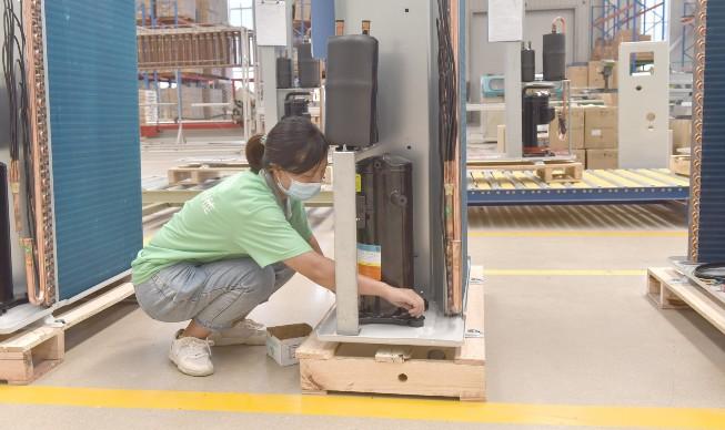 河北德普瑞新能源科技有限责任公司员工正在生产