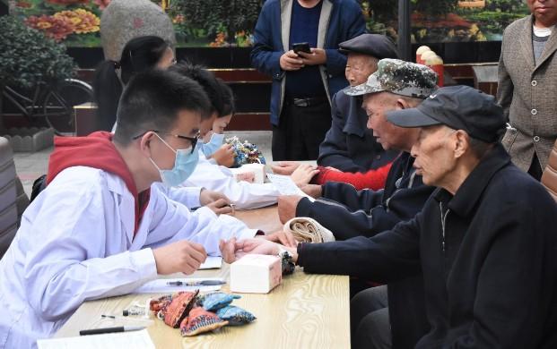 市老龄委、市卫健局和市民政局联合开展义诊活动