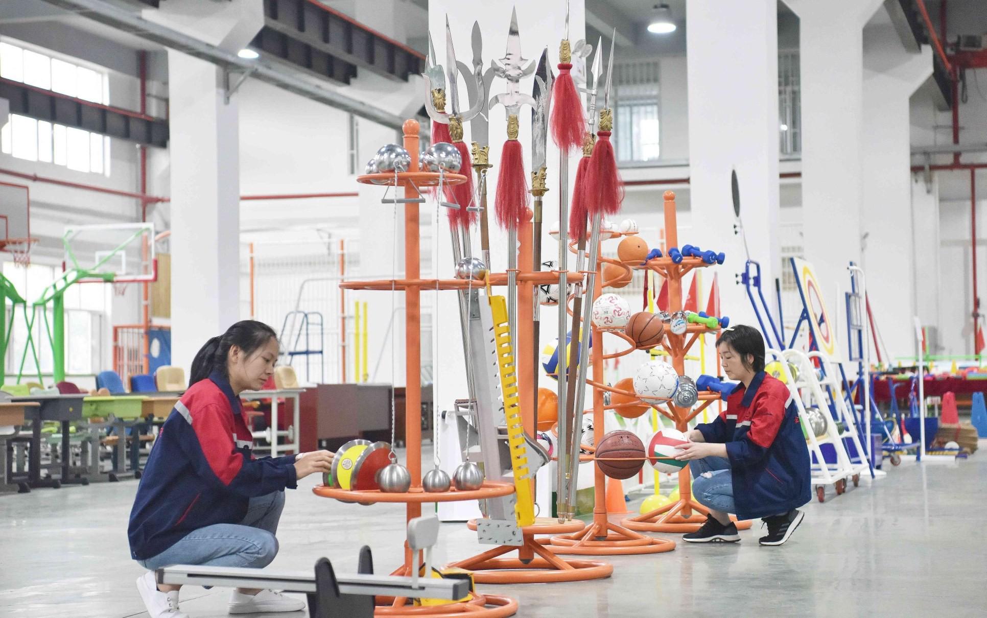 河北金特力斯体育设施有限公司员工正在展示室整理体育产品