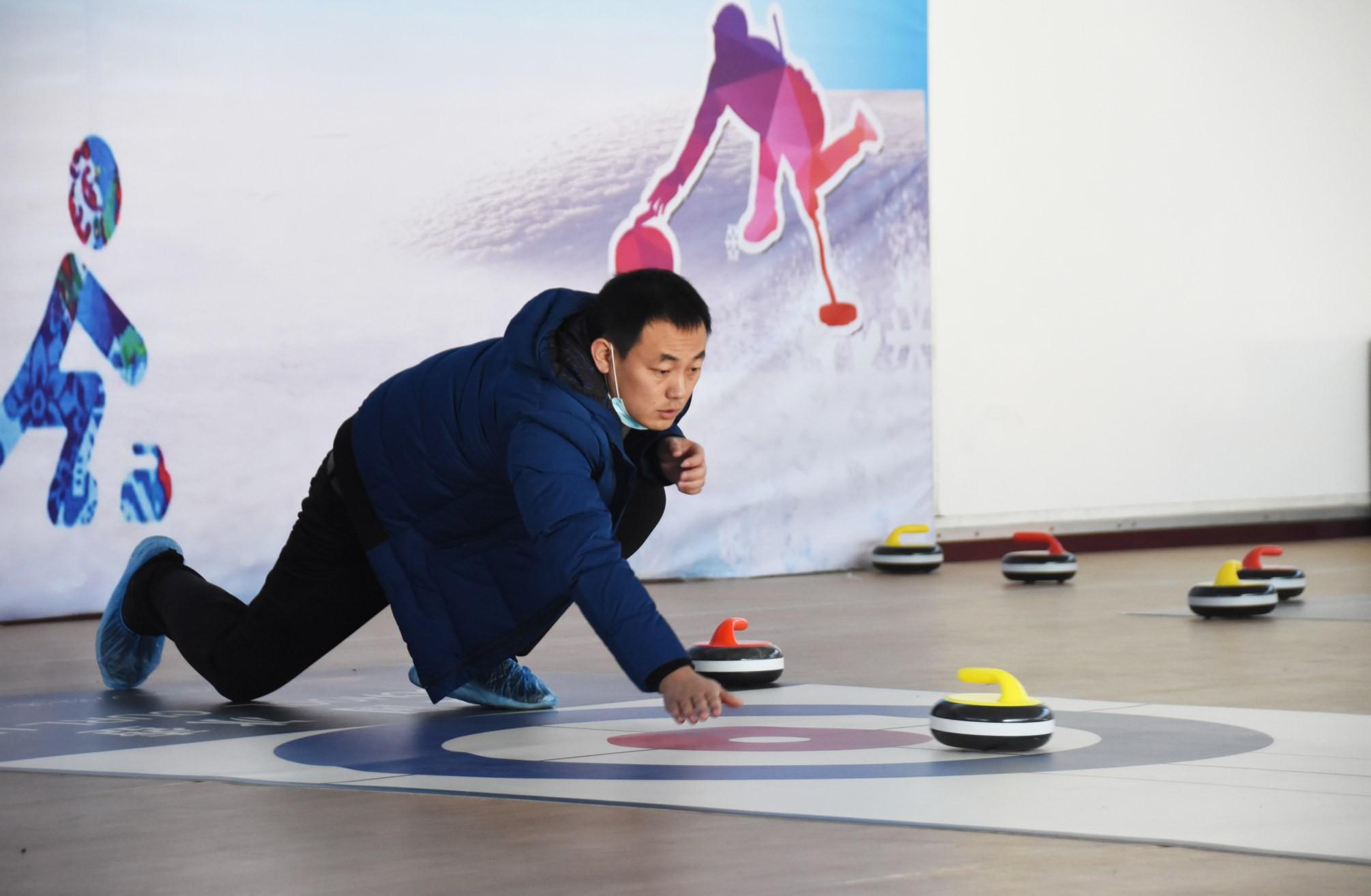 全市第二届冰雪运动会暨中小学生冰雪运动会陆地冰壶项目比赛在河北金特利斯体育设施有限公司举行
