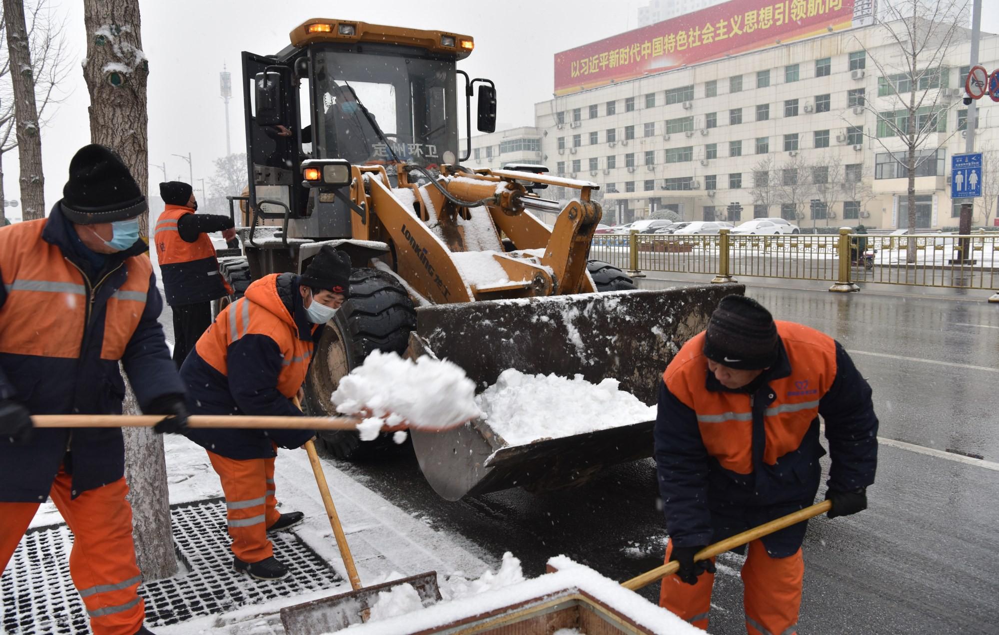 环卫工人清运积雪,确保市民安全出行