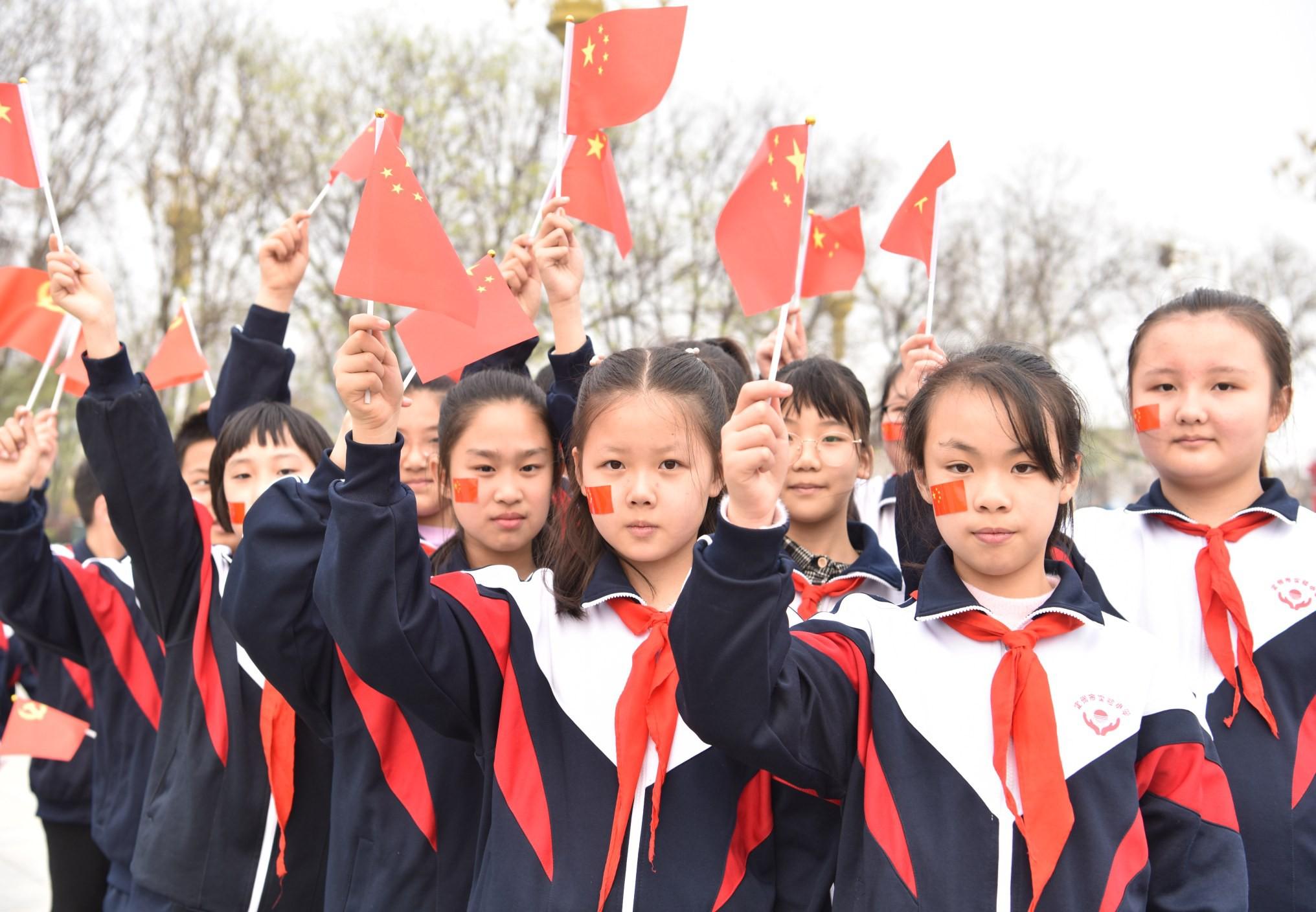 实验小学在开元寺塔广场拍摄MV《强国一代有我在》