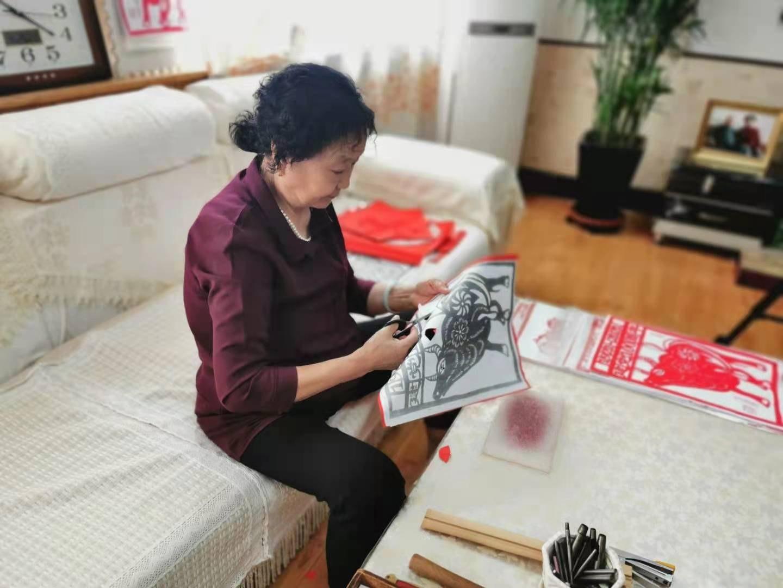 非遗文化传承人李新芝 用自己的作品向建党一百周年献礼