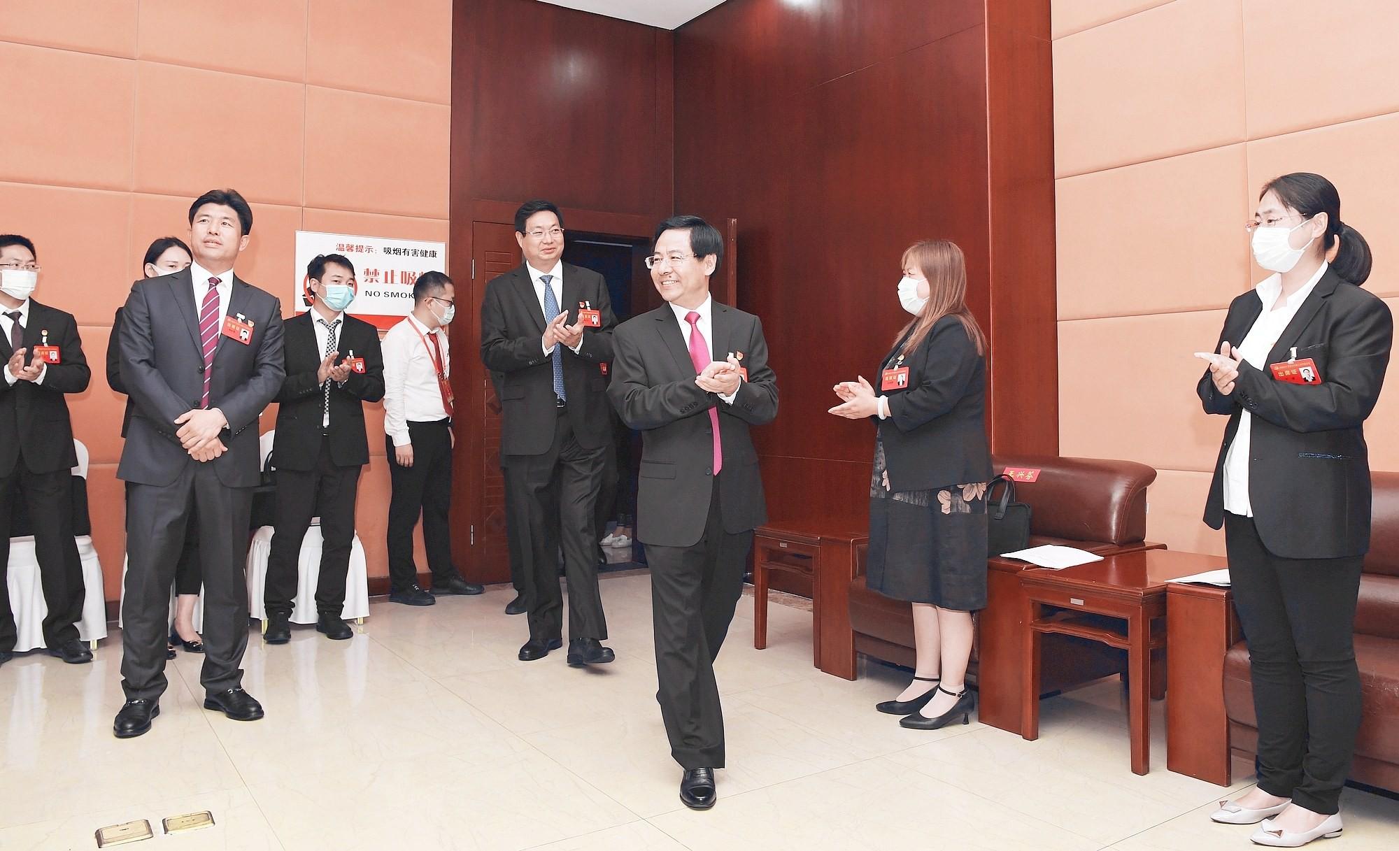张涛张才芳等市领导看望出席市第八次党代会代表