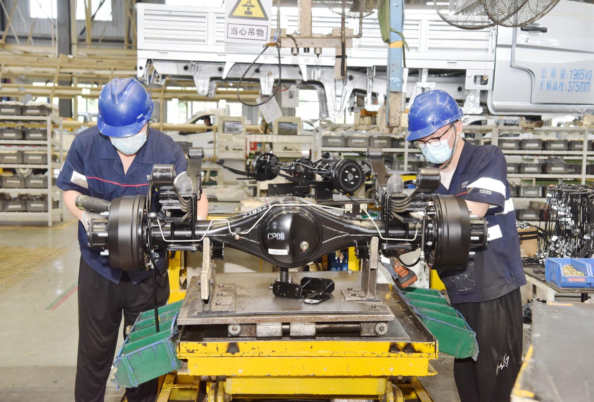 河北长安汽车有限公司工作人员正在进行产品组装