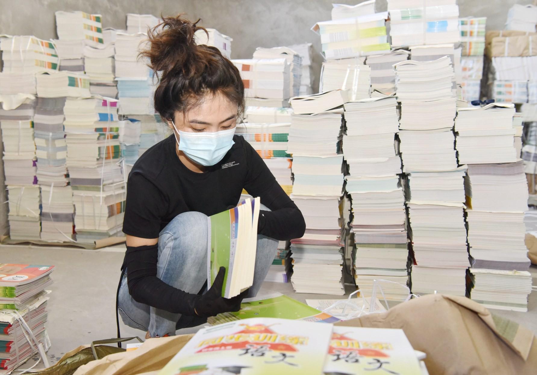 定州市新华书店工作人员全力投入到新教材的领取、分拣打包、整理贴签和运送分发等工作