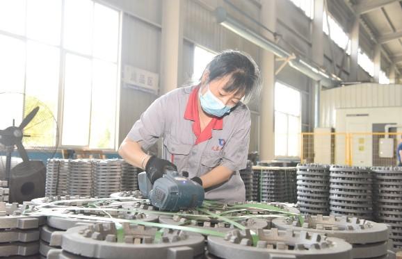 定州市天泰汽车零部件有限公司工作人员正在对产品进行包装